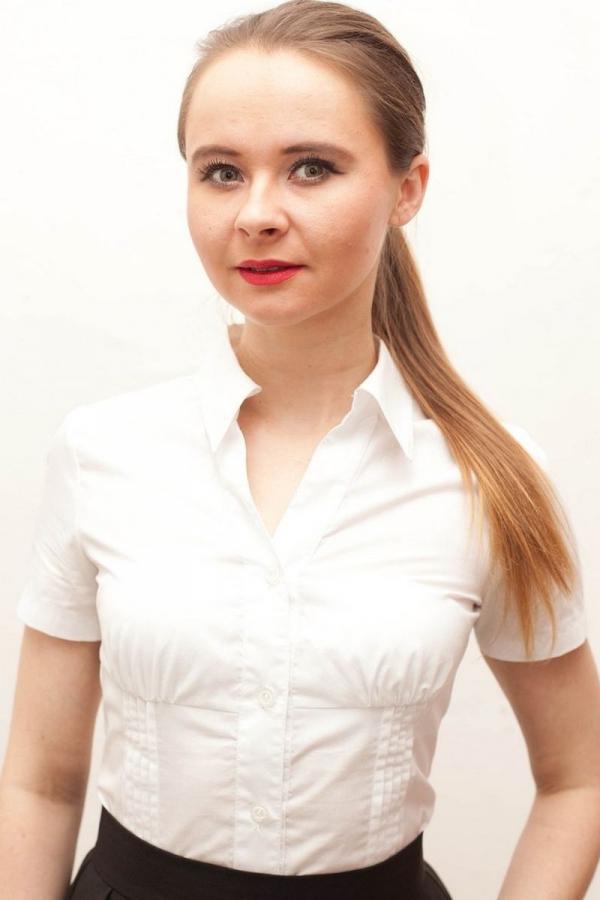 Блузка приталенного силуэта, отрезная по линии груди, на полочках с каждой стороны декоративные защипы в 5 рядов. V-образный вырез горловины, воротник на стойке, рубашечный.