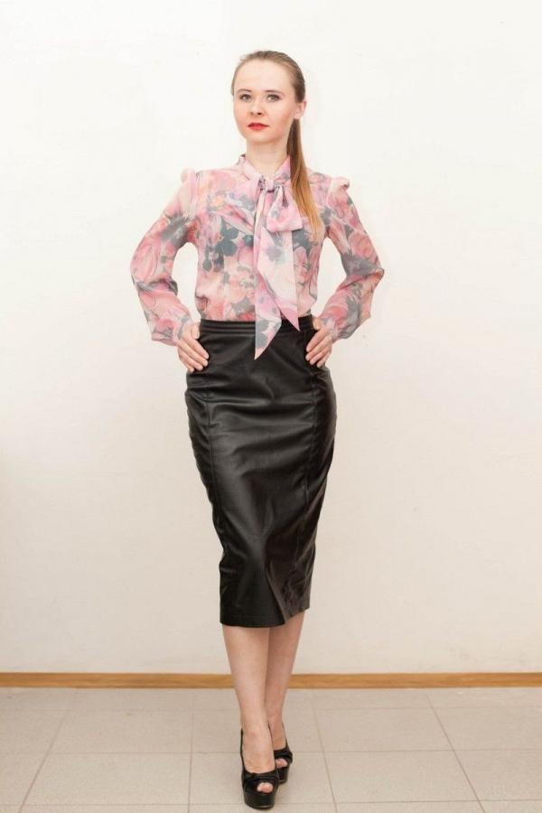 Блуза прямого покроя, с вытачками. Воротник-стойка. Застежка супатная. Рукав втачной, прямой, длинный, по низу рукава складки. Манжет. Размер: 40-52. Цвета: мультиколор.