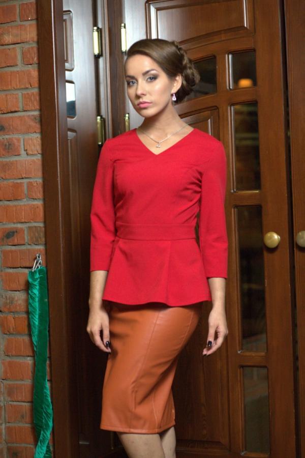 Женская блузка с фигурной горловиной и рукавами до локтя из приятного. Материала. Отличный выбор для повседневного и делового гардероба. Размер: 42-56. Цвет: красный, синий, жёлтый, фиолетовый