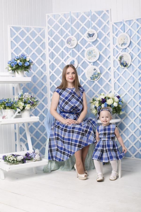 Комплект из двух хлопковых платьев для мамы и дочки в одном стиле лето. Платья выполнены из плотной качественной ткани, пышная юбочка подчеркивает женственность фигуры и образ становится более игривый. Принт оживляет платья и сразу нап