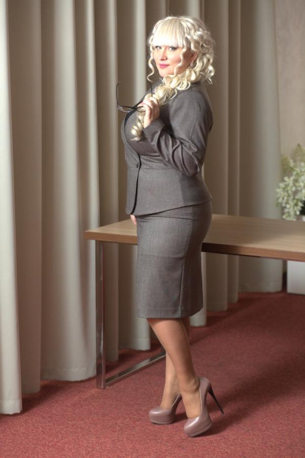 Костюм в стиле дресс-код. Жакет с v-образным вырезом, двубортный, с отрезной баской. Лаконичная юбка-карандаш придает завершенность образу размер: 44-56. Цвет: коричневый