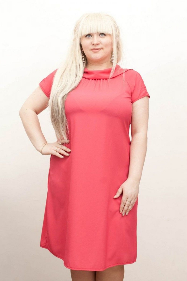 Платье из легкой шифо ткани, длиной за колено, прямого силуэта, горловина в виде воротника-хомута, платье на подкладе. Размер: 42-58.