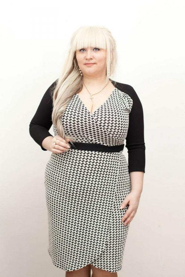 Платье приталенного силуэта с рукавом 3/4 и втачным поясом. Вырез на запах, юбка на запах. Размер: 42-52. Цвета: чёрный, белый