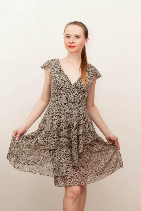 Платье из струящегося шифона платье свободного кроя с втачным поясом, многослойная юбка, выполненная в виде ярусов. Размер: 42-50.