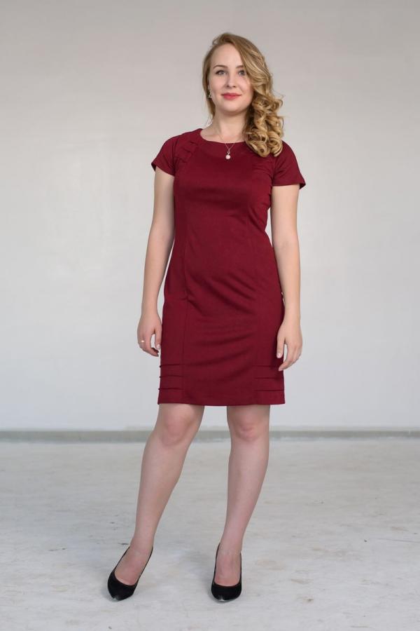 Платье из мягкого трикотажа прямого силуэта. Размер: 44-54. Цвета: бордовый, красный.