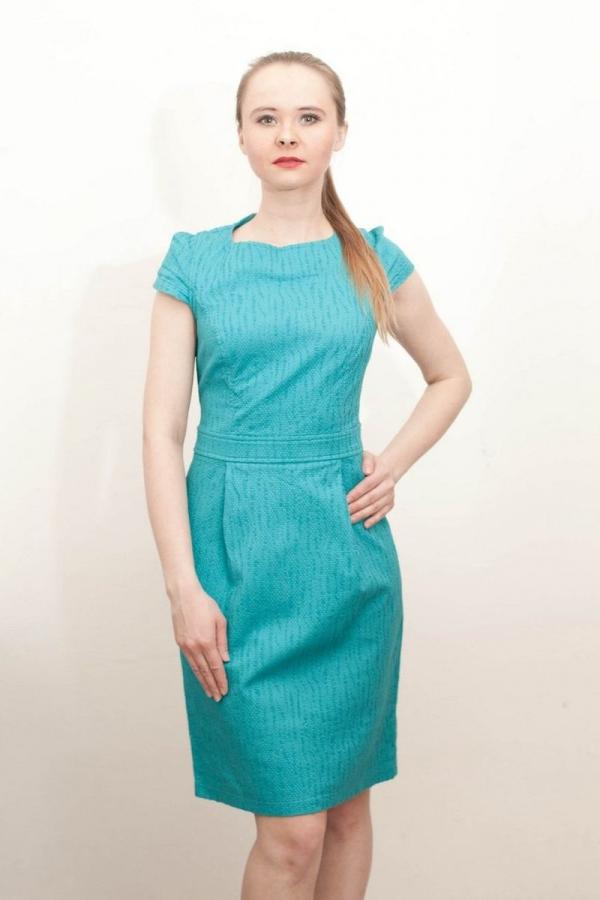 Приталенное платье с втачным поясом. Рукава-крылышки. Размер: 44-54. Цвета: белый, голубой