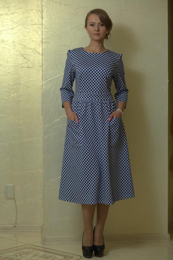 Платье приталенного силуэта с расширенной к низу юбкой. Платье отрезное по линии талии с втачным поясом. Рукав втачной 3/4.