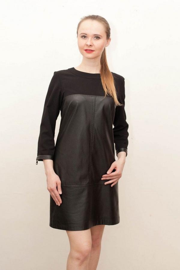 Платье прямого силуэта, комбинированное, оформленное застежками-молниями по рукавам и среднему шву спинки. Размер: 42-54.