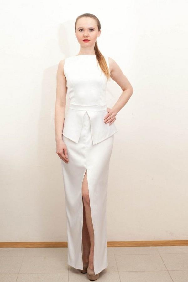 Платье в пол, со съемной баской, без рукавов, глубоким разрезом в юбочной части.