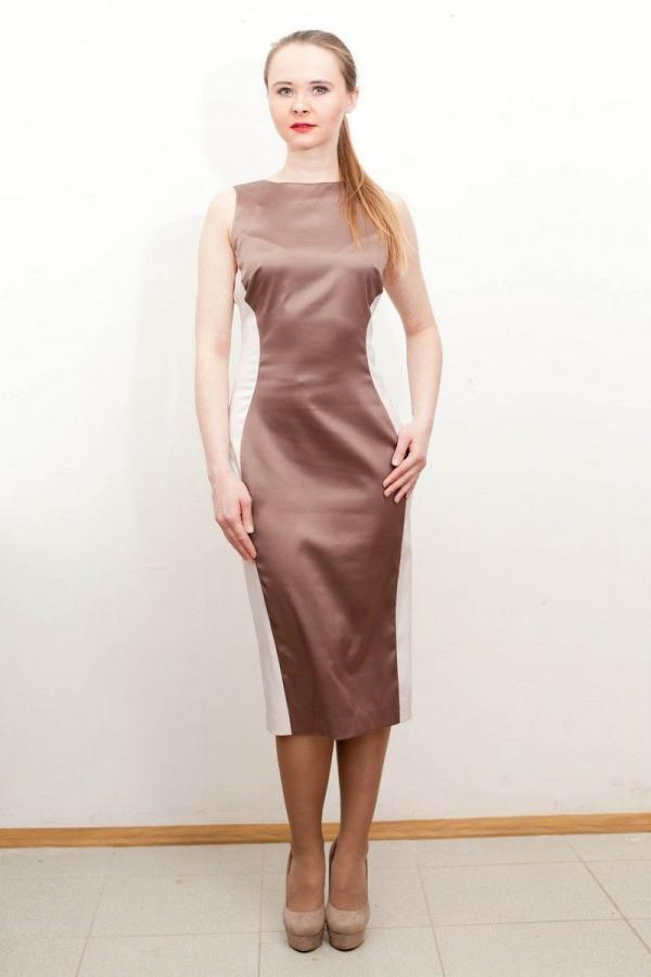 Платье-футляр приталенного силуэта. Украшено контрастными вставками. Размер: 42-50.
