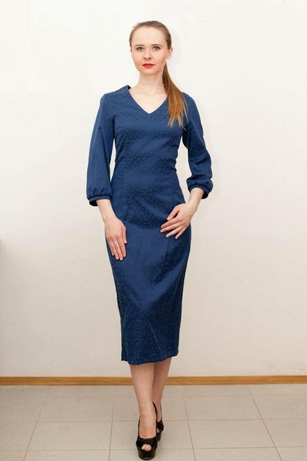 Платье с v-образной горловиной и рукавом 3/4 из жаккарда. Размер: 44-54. Цвета: синий, коричневый