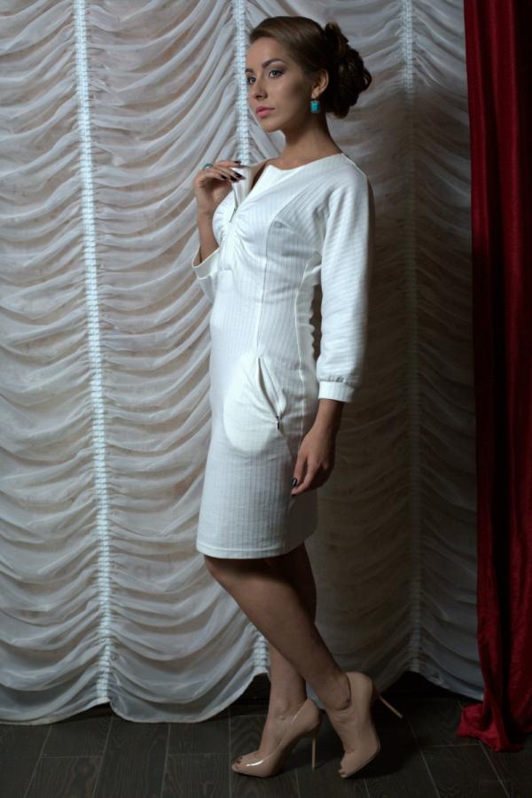 Приталенное платье длиной до середины колена. Застежка на молнию в виде планки. По обоим сторонам планки, на уровне груди небольшая сборка.