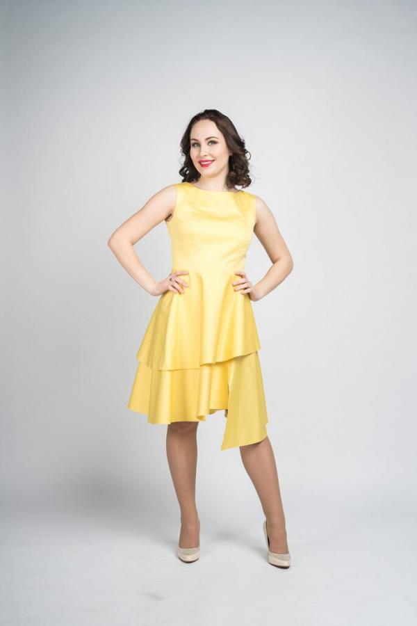 Платье приталенного силуэта с расширенной к низу юбкой. Рукав втачной короткий.