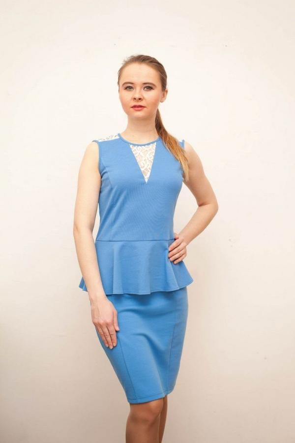 Платье приталенного силуэта с отрезным поясом на талии и баской, на груди декорировано гипюром. Размер: 42-54. Цвета: голубой, синий, белый