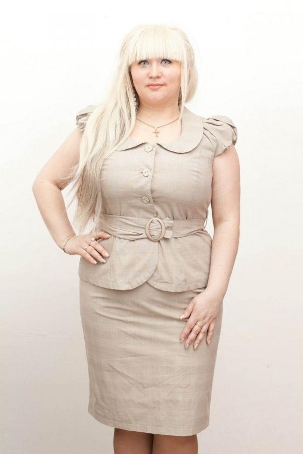 Прямая классическая юбка на поясе. По бокам пояса-резинка, для максимального прилегания к талии. Взади шлица. Размер: 42-56. 100% лён. Цвета: бежевый, серый